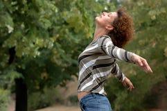 De gezonde jonge vrouw geniet van het leven Royalty-vrije Stock Foto's