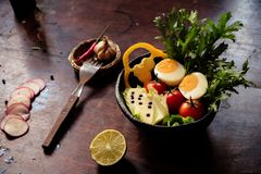 De gezonde kom van de veganistlunch Avocado, quinoa, tomaat, komkommer, rode kool, groene erwten en de salade van radijsgroenten  Royalty-vrije Stock Afbeeldingen