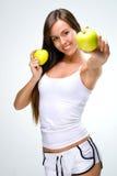 De gezonde levensstijl - Mooie, natuurlijke vrouw houdt een appel twee Stock Foto