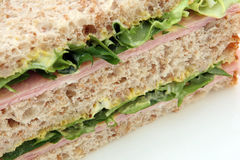 De gezonde mosterd van de eiham en sandwich van het mayonaise de bruine brood Stock Fotografie