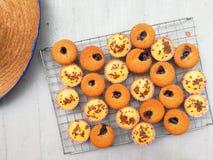 De gezonde muffin hoogste mening over grill blauw lijnzaad als achtergrond covonut schilfert donkere zoete minicupcake van de che royalty-vrije stock afbeelding