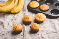De gezonde muffins van de veganistbanaan met havervlokken stock foto