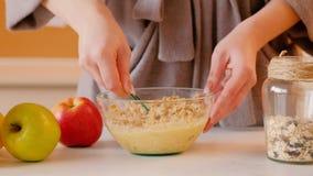 De gezonde ontbijthaver schilfert vers organisch fruit af stock video