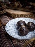 De gezonde organische ballen van de datumenergie met donkere chocolade, droge fru stock fotografie