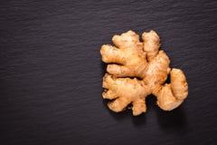 De gezonde Organische Gember van het voedselconcept op de zwarte plaat w van de leisteen stock foto's