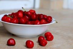 De gezonde, sappige, verse, organische kersen in fruitkom sluiten omhoog Kersen op achtergrond Stock Afbeeldingen