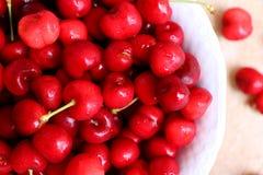 De gezonde, sappige, verse, organische kersen in fruitkom sluiten omhoog Kersen op achtergrond Stock Foto's