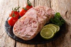 De gezonde smakelijke voedsel hoofdkaas of de hoofdkaas en de verse tomaten, kalk en koriander de close-up op een lei schepen in  royalty-vrije stock fotografie