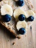 De gezonde snack van de pindakaasbanaan Royalty-vrije Stock Foto's