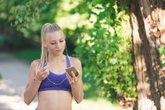 De gezonde sportieve vrouw die van de levensstijlgeschiktheid vroeg in de ochtend in park lopen Stock Fotografie