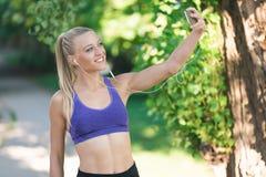 De gezonde sportieve vrouw die van de levensstijlgeschiktheid vroeg in de ochtend in park lopen Stock Foto's