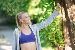 De gezonde sportieve vrouw die van de levensstijlgeschiktheid vroeg in de ochtend in park lopen Royalty-vrije Stock Foto