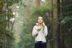 De gezonde sportieve vrouw die van de levensstijlgeschiktheid vroeg in morn lopen Stock Foto's