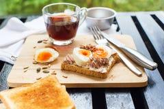 De gezonde Toost Tuna Eggs Sunflower Seeds van de Ontbijtkoffie royalty-vrije stock afbeelding