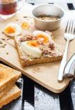 De gezonde Toost Tuna Eggs Sunflower Seeds van de Ontbijtkoffie royalty-vrije stock foto