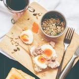 De gezonde Toost Tuna Eggs Sunflower Seeds van de Ontbijtkoffie stock afbeeldingen