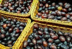 De gezonde verse pruimen worden verbruikt direct van landbouw royalty-vrije stock foto's