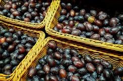 De gezonde verse pruimen worden verbruikt direct van landbouw stock fotografie