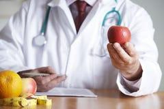 De Gezonde voeding van artsengiving advice on Stock Foto's