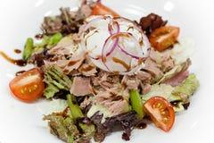 De gezonde de zomersalade met tonijn, kersentomaten en ei, stroopte op hoogste dichte omhooggaand Stock Afbeeldingen