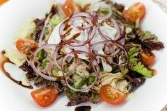 De gezonde de zomersalade met tonijn, kersentomaten en ei, stroopte op hoogste dichte omhooggaand Royalty-vrije Stock Foto's