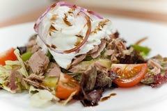 De gezonde de zomersalade met tonijn, kersentomaten en ei, stroopte op hoogste dichte omhooggaand Royalty-vrije Stock Foto