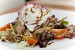 De gezonde de zomersalade met tonijn, kersentomaten en ei, stroopte op hoogste dichte omhooggaand Stock Afbeelding