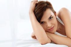 De gezondheid van de vrouw Glimlachende Vrouw met Mooie Gezichtshuid schoonheid Royalty-vrije Stock Afbeelding