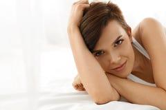 De gezondheid van de vrouw Glimlachende Vrouw met Mooie Gezichtshuid schoonheid Royalty-vrije Stock Foto