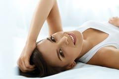 De gezondheid van de vrouw Glimlachende Vrouw met Mooie Gezichtshuid schoonheid Royalty-vrije Stock Afbeeldingen