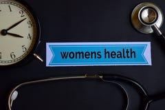 De Gezondheid van vrouwen op het drukdocument met de Inspiratie van het Gezondheidszorgconcept wekker, Zwarte stethoscoop royalty-vrije stock afbeelding