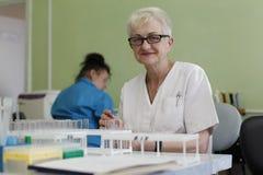 De gezondheidsarbeider controleert de tests stock afbeelding