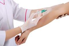De gezondheidsarbeider maakt een injectie Stock Afbeelding