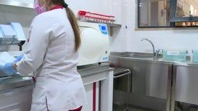 De gezondheidsarbeiders pakken hulpmiddelen in stock video