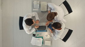 De Gezondheidszorg van artsenmeeting teamwork diagnosis stock footage