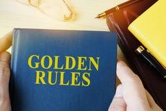 De gids van de mensenholding met titelgulden regels royalty-vrije stock foto