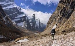 De gids van Nepali bij de vallei Nepal van modikhola royalty-vrije stock foto