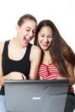 De giechelende Tieners surfen Stock Foto's