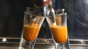 De gietende espresso van de koffiemachine in de kop in slowmotion stock videobeelden