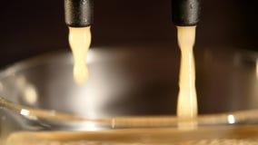 De Gietende Espresso van de koffiemachine in Kop uiterst Close-up stock video