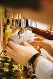 De Gietende Espresso van de koffiemachine in Plastic Koppen Royalty-vrije Stock Foto