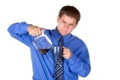 De gietende koffie van de zakenman Stock Fotografie