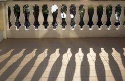 De gietende schaduwen van de balustrade in zonneschijn Stock Afbeeldingen