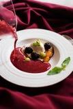 De gietende soep van het de zomerfruit in een plaat royalty-vrije stock fotografie
