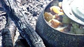 De gietijzerketel voor het koken kan op een open brand worden gebruikt stock video