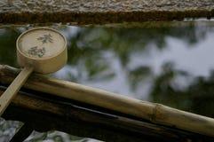 De gietlepel en de bezinning van het water. Stock Foto's