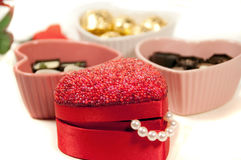 De gift en chocalate de truffels van de valentijnskaart Stock Afbeeldingen