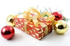 De gift en de ballen van Kerstmis stock foto's