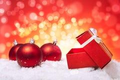 De gift en de ballen van Kerstmis Stock Afbeelding