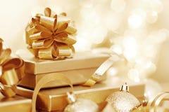 De gift en de ballen van Kerstmis Stock Afbeeldingen